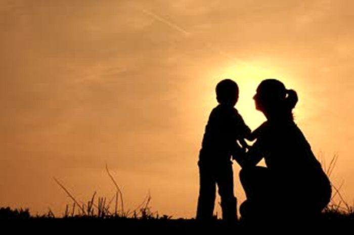 Seorang Ibu Merawat Buah Hatinya